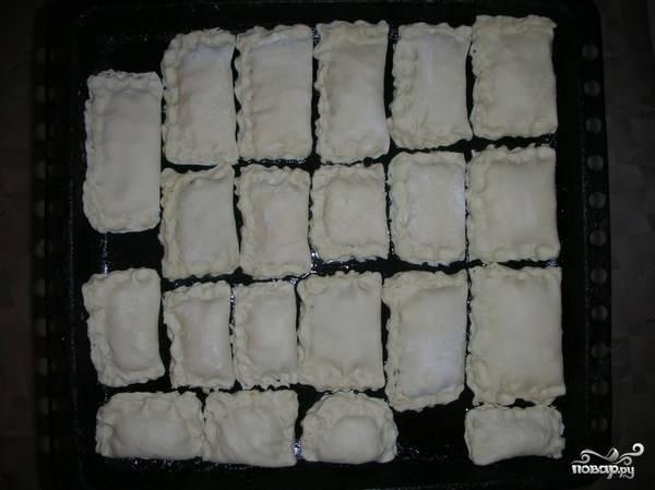 Противень смазываем подсолнечным масло и выкладываем на него наши пирожки. Ставим в разогретую до 200 градусов духовку на 15-20 минут.