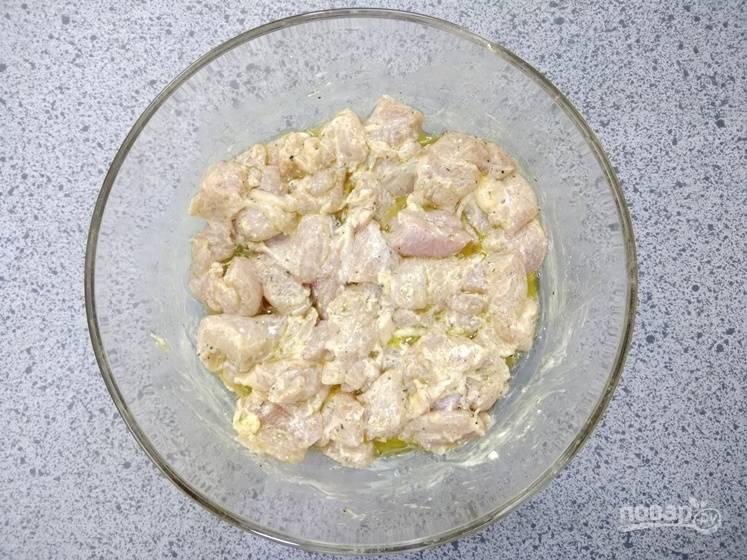 2. Смешайте все ингредиенты для маринада в одной миске. Курицу нарежьте одинаковыми кусочками и отправьте в маринад. Маринуйте мясо в холодильнике в течение 1 часа.
