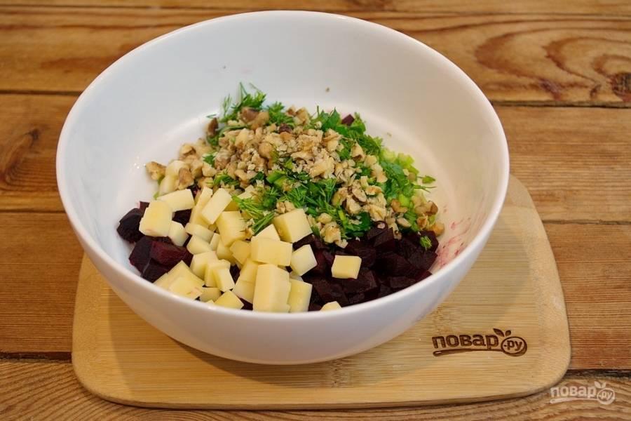 Грецкие орехи обжарьте на сухой сковороде.  Нарежьте и добавьте в салат.