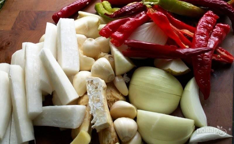 Все овощи, кроме капусты, промойте, почистите и нарежьте средними кусками.