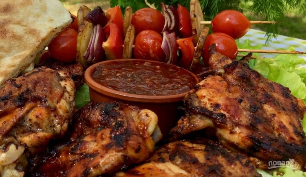 10. За 3-5 минут до окончания приготовления мяса положите на мангал лаваш. Всё, пикник можно считать успешным!