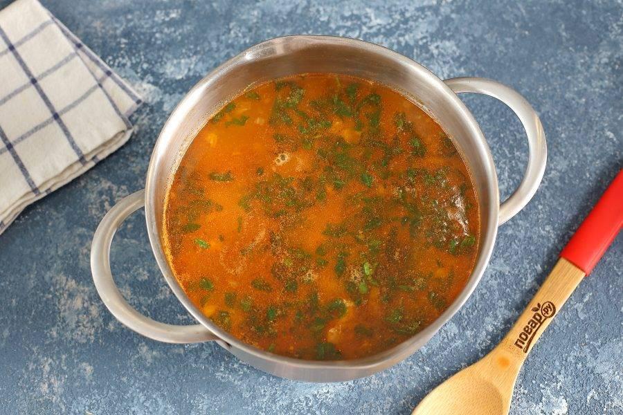 """За пару минут до готовности добавьте соус ткемали и зелень с чесноком. Готовому супу дайте настояться 10-15 минут. """"Харчо"""" с сельдереем готов."""