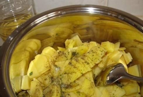 3. Выкладываем рыбу на противень, смазанный растительным маслом или укрытый фольгой. Сверху выкладываем щуку и посыпаем ее обжаренными овощами.