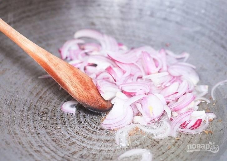4. Добавьте лук и жарьте еще 3-4 минуты.