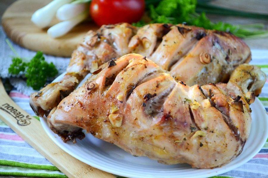 Курица тандури готова. Подавайте с любимым гарниром и овощным салатом. Приятного аппетита!
