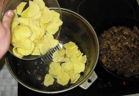 Картофель выкладываем в казан, в котором обжаривалось мясо. Ставим на огонь и обжариваем, , недолго, главное чтоб картофель впитал сок мяса. Не забудьте посолить картошечку! При необходимости добавить немного растительного масла.