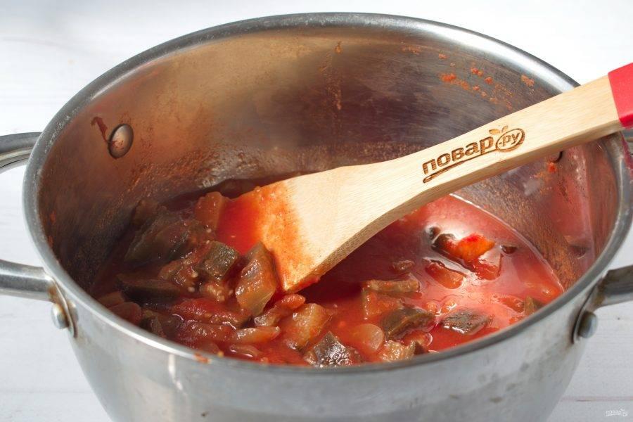 Добавьте в кипящий сок нарезанные овощи, варите в течение 15 минут. Влейте уксус, готовьте еще 10 минут.