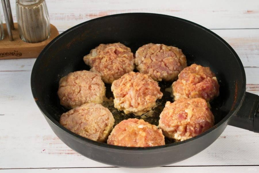 В мясной фарш добавьте муку, сливки, яйцо, сушеный чеснок, соль и молотый черный перец. Тщательно вымесите фарш и сформируйте котлеты. На сковороде разогрейте растительное масло и обжарьте котлеты до легкого румянца.