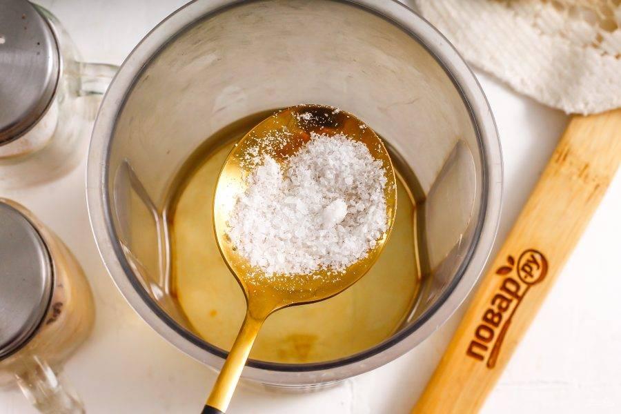 Всыпьте туда же соль. По желанию допустимо всыпать и другие молотые сушеные пряности, приправы или специи.