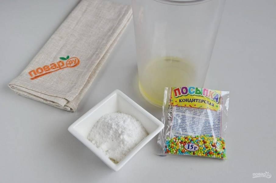 10. Для глазури понадобится охлажденный яичный белок, 3 ст.л сахарной пудры. Миксером или электровенчиком взбивайте белок сначала на малых оборотах, когда масса будет достаточно насыщена кислородом, увеличивайте обороты и взбивайте до пиков. Потом введите сахарную пудру, перемешайте глазурь.