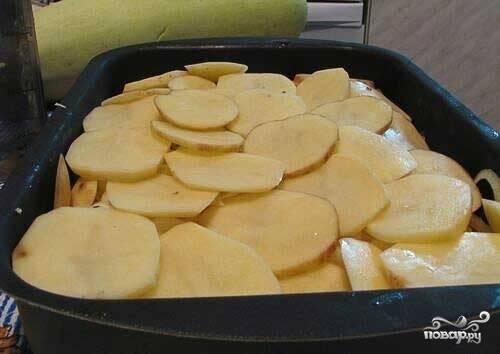 Затем кладём картофель.