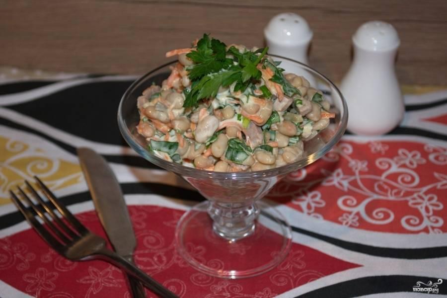 Заправьте салат майонезом. Перемешайте. Выложите в порционные розетки и подавайте к столу. Салат эффектно смотрится в необычной посуде. Можно использовать даже широкие бокалы. Пробуйте и фантазируйте!