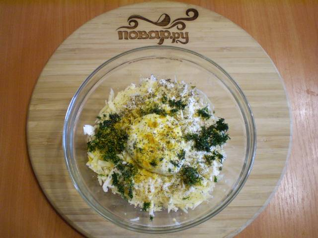 7. Готовим начинку. Трем на крупной терке вареные яйца, два вида сыра, добавляем соль, прованские травы, перец черный молотый, куркуму для яркости цвета начинки, укроп. Перемешиваем.
