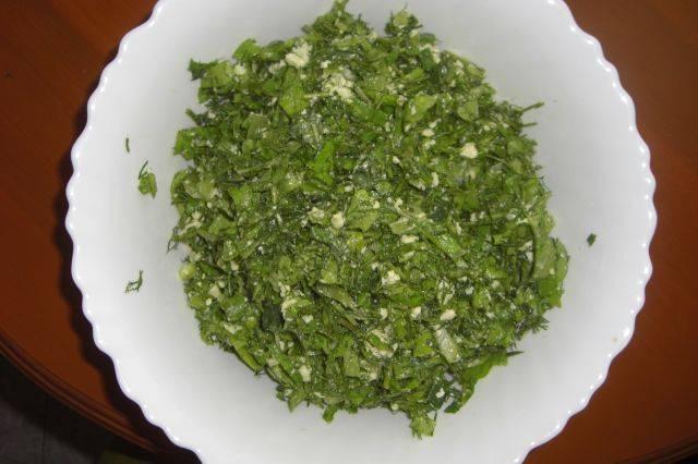 Зелень моем и мелко нарезаем. Добавляем измельченный сыр, солим и перчим. Все хорошо перемешиваем.