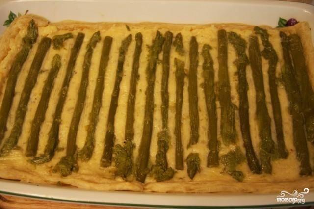 Достаем тесто, выкладываем на него картофельную начинку, а поверх выкладываем консервированную спаржу. Возвращаем в духовку и выпекаем еще 15 минут. Готово! :)