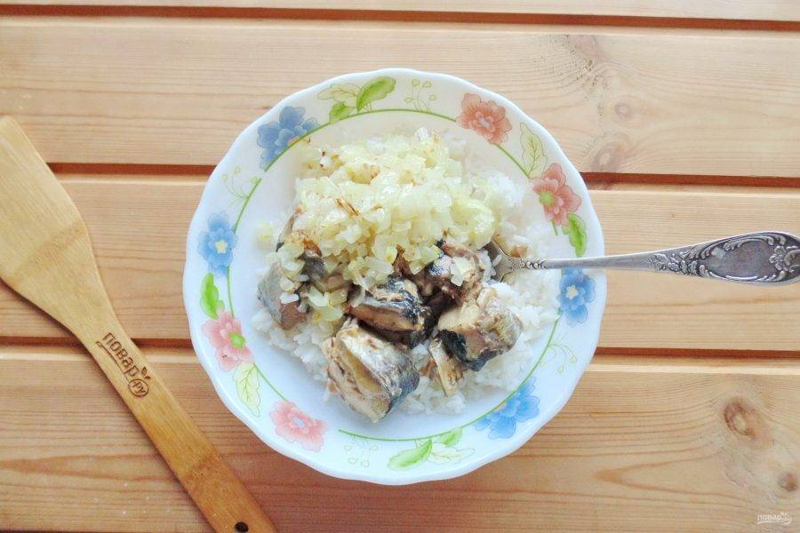 Выложите в миску отварной рис, консервы сайры и жареный лук.