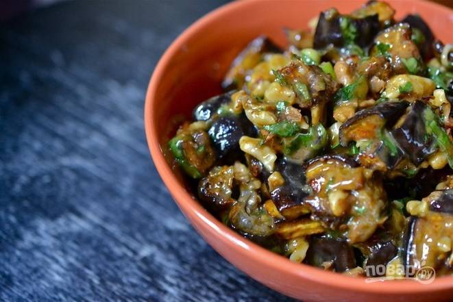 6.Выложите в миску баклажаны, грецкие орехи, измельченные лук с кинзой, заправьте салат соусом и перемешайте. Приятного аппетита!
