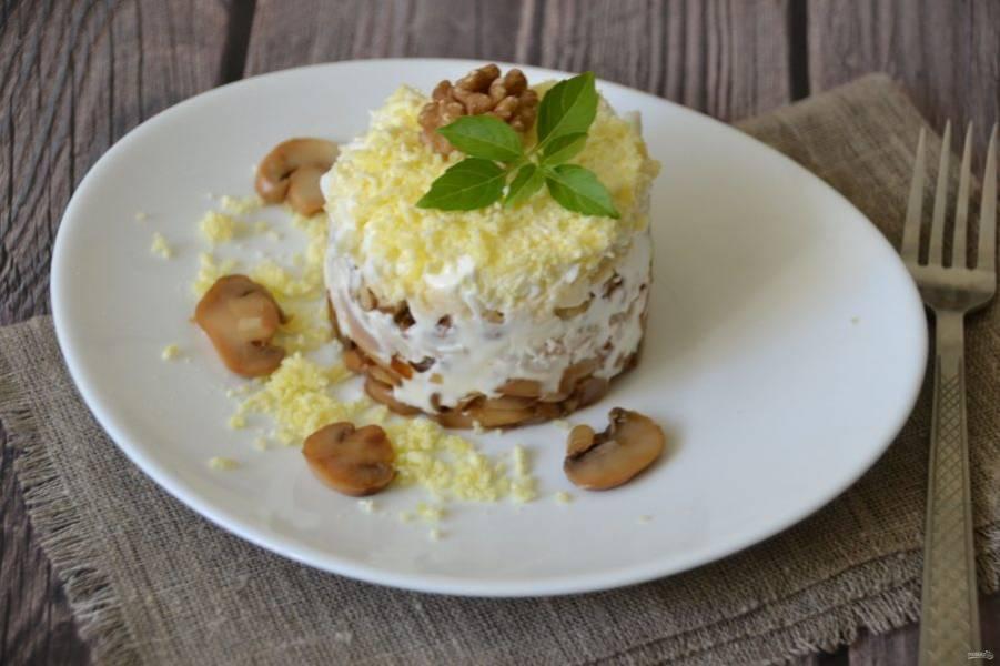 Украсить салат можно цельным ядром грецкого ореха, грибами, зеленью, россыпью яичного желтка.