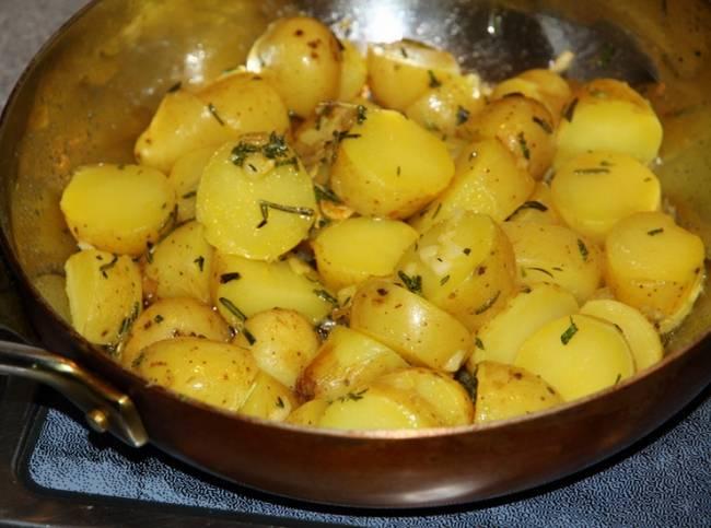 Картофель необходимо почисть и пожарить на сковороде.
