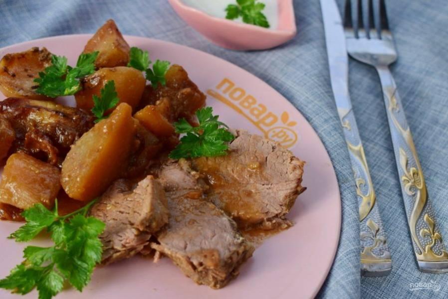Готовое мясо разберите на волокна или нарежьте на порционные кусочки и подавайте к столу. Приятного аппетита!