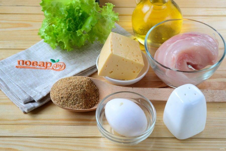 Подготовьте все необходимые ингредиенты. Куриную грудку промойте под проточной водой и обмакните бумажными полотенцами. Зелень ополосните и просушите, чеснок очистите и порежьте на кусочки.