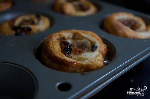 5. Выпекать булочки около 25 минут, до темно-коричневого цвета сверху, пока они не станут  твердыми на ощупь.