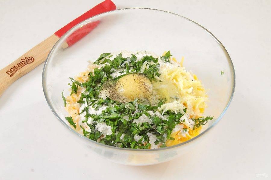Добавьте муку, соль, перец, яйцо, измельченную зелень, тертый на мелкой терке имбирь и чеснок.