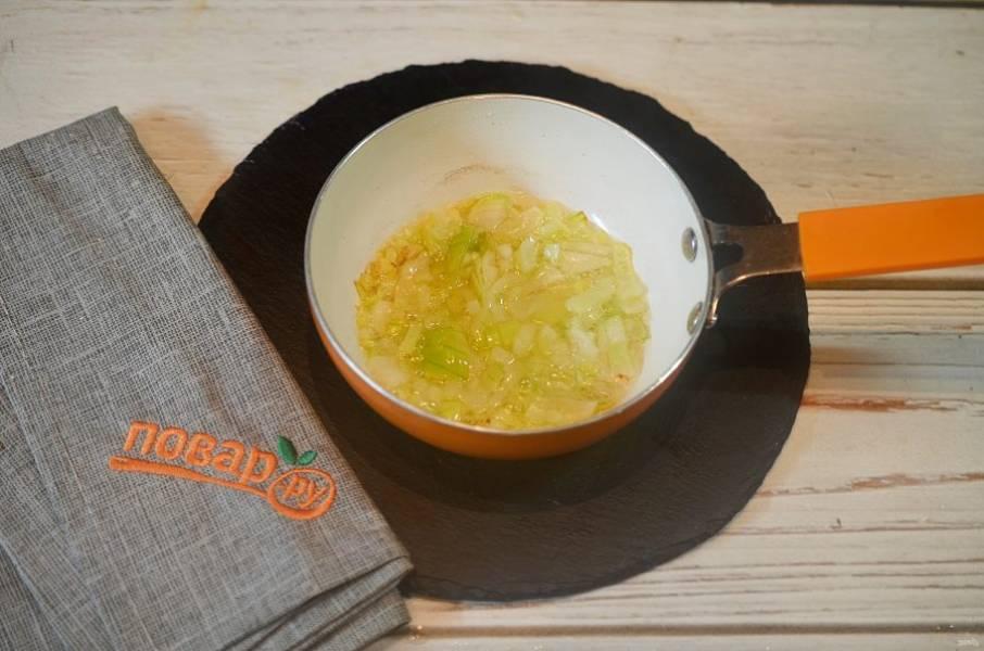2. Лук и чеснок обжарьте пару минут до мягкости с добавлением масла.