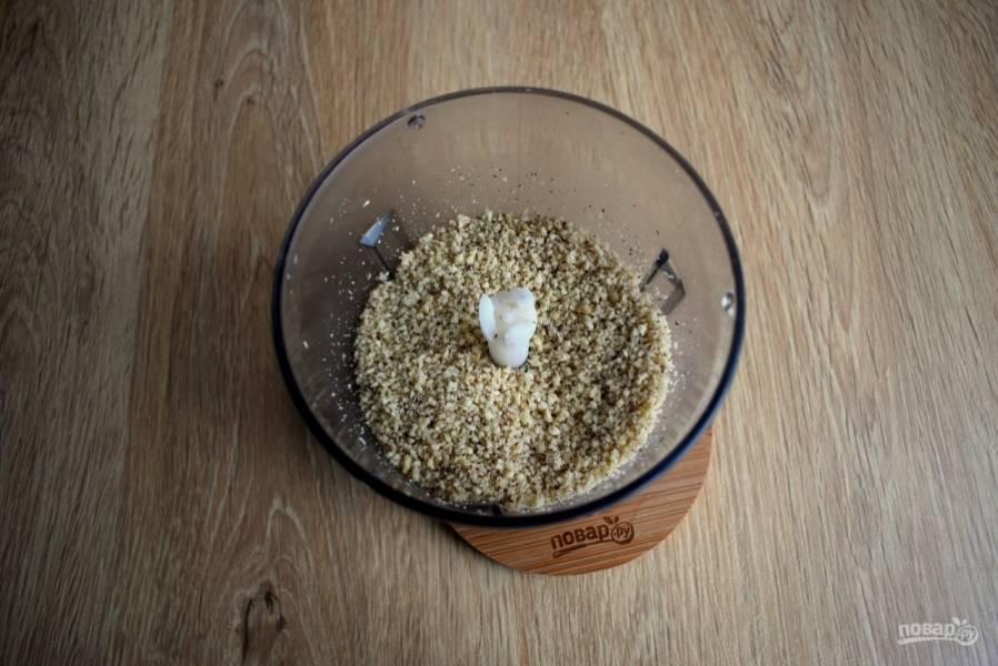 Для обсыпки орехи измельчите в крупную крошку с помощью блендера, добавьте 2 ст.л. сахара и корицу, перемешайте.