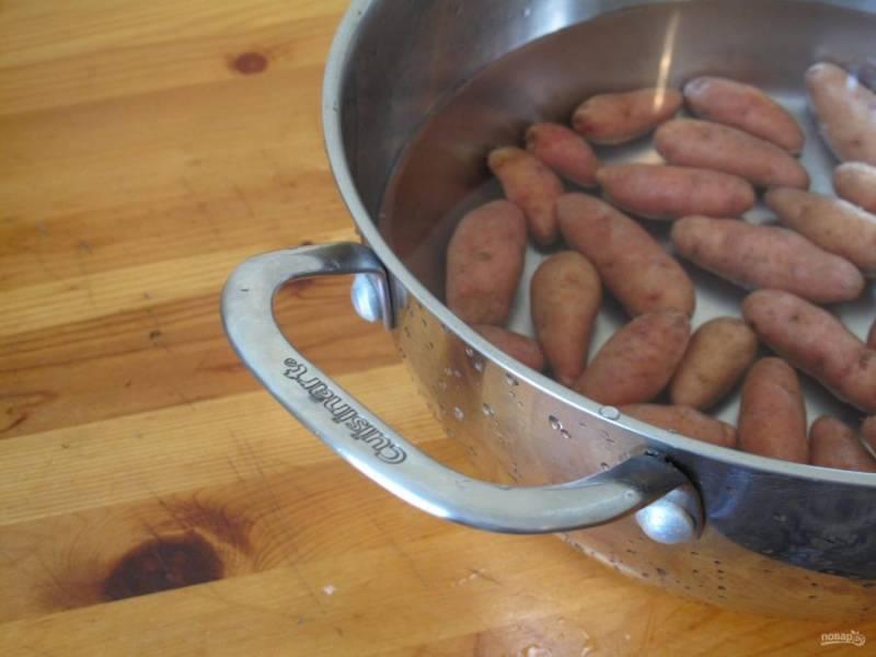 1.Вымойте картошку и выложите ее в кастрюлю, залейте холодной водой, посолите и отправьте на огонь, после закипания уменьшите огонь и варите 15 минут (до готовности).