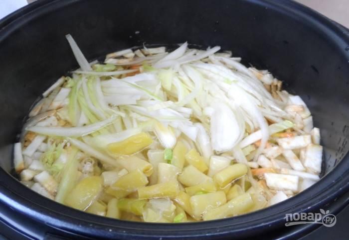 Отправьте нарезанные ингредиенты в суп. Варите его ещё 6 минут.