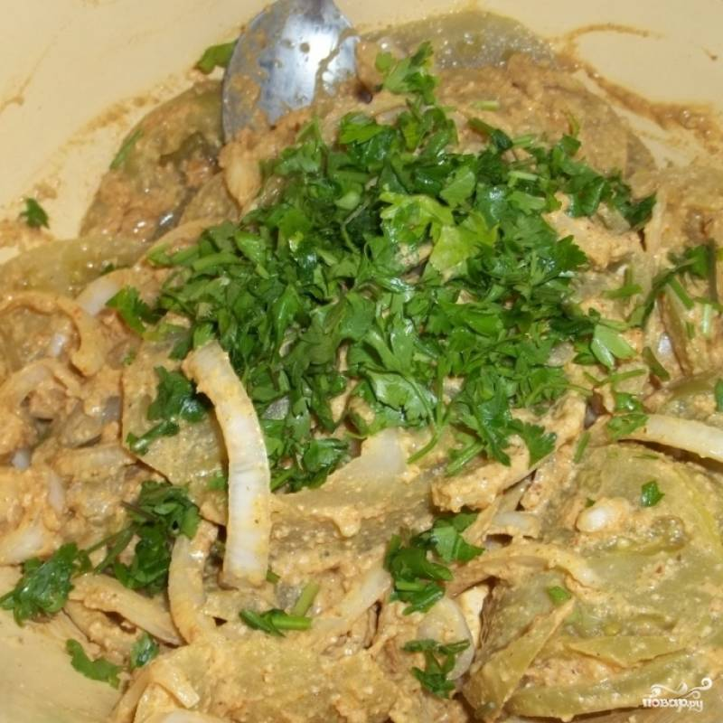 Получившуюся густую пасту добавляем в салат, туда же добавляем свежую зелень. Перемешиваем и отправляем в холодильник на час-другой. Все, салат из зеленых помидоров готов!