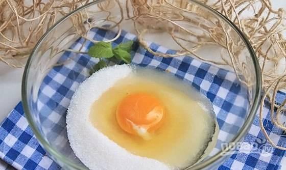 В глубокой миске взбейте яйца с ванильным и обычным сахаром.