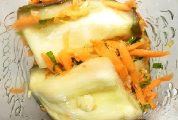 В каждом кусочке баклажана сделайте продольный разрез, внутрь уложите овощную начинку. Затем фаршированные овощами баклажаны выложите в стерилизованную баночку.