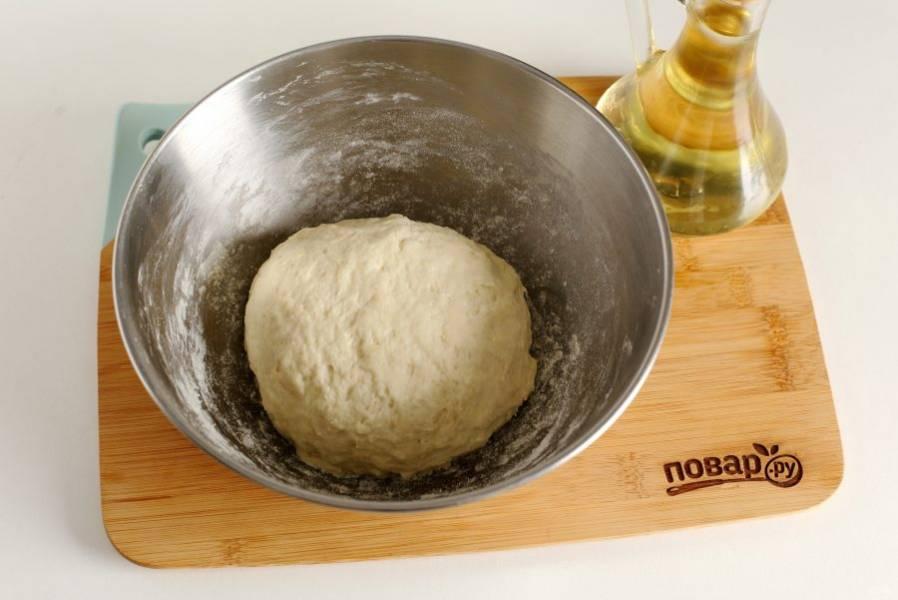 Замесите мягкое тесто, соберите его в шар, накройте полотенцем и дайте полежать 30 минут.