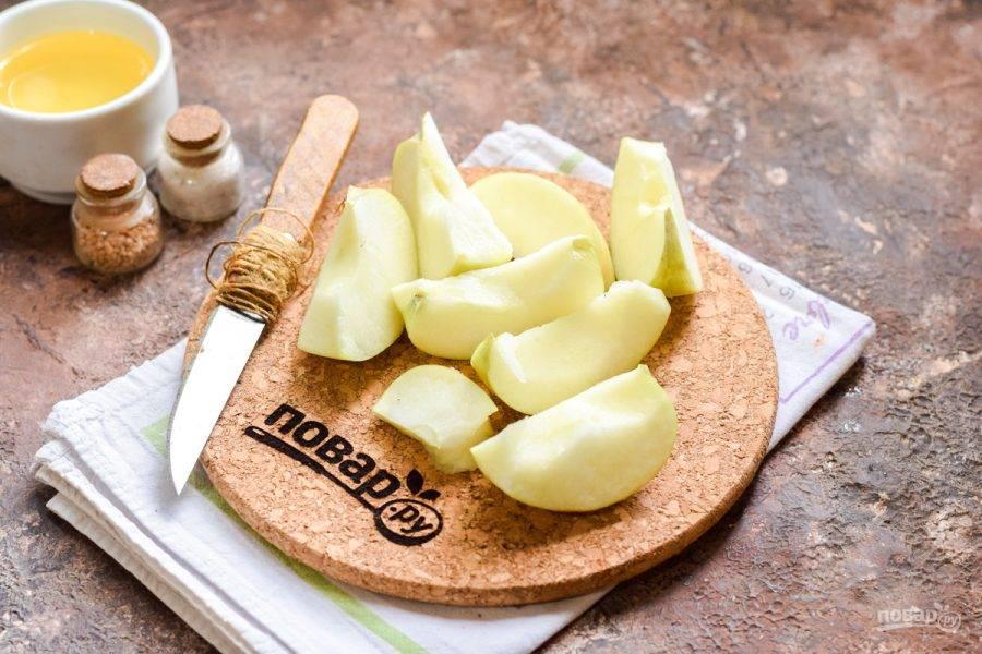 Яблоки очистите и удалите сердцевину. Нарежьте яблоки средними по размеру дольками.