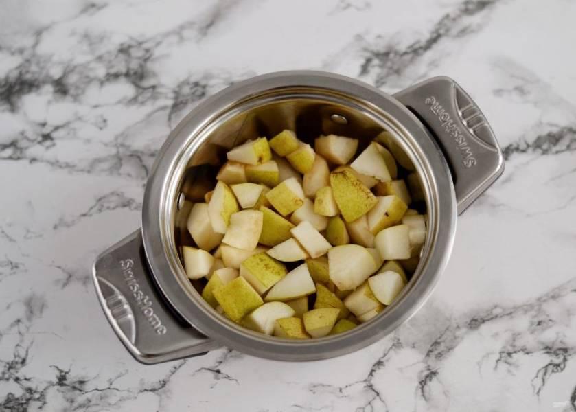 Переложите грушу в кастрюлю, добавьте пару ложек воды и доведите до кипения на среднем огне. Варите груши до мягкости 10-30 минут, в зависимости от сорта.