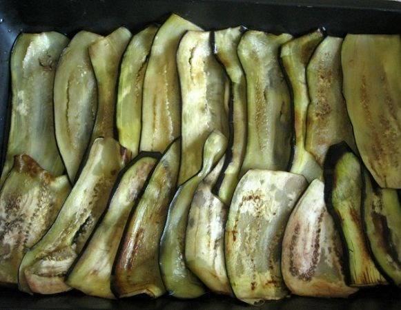 Форму для запекания смажьте растительным маслом. Далее ингредиенты будем выкладывать слоями. Первый слой – баклажаны.