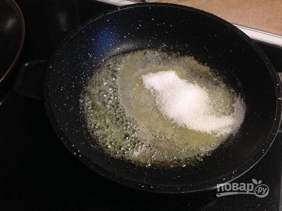 4. На большом огне растопим на сковороде сливочное масло и добавим к нему сахар, перемешаем.