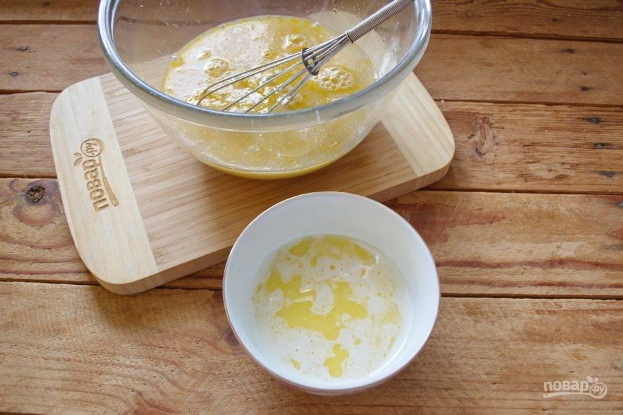 В мисочке растопите 120 граммов сливочного масла. Остудите и влейте в жидкость.