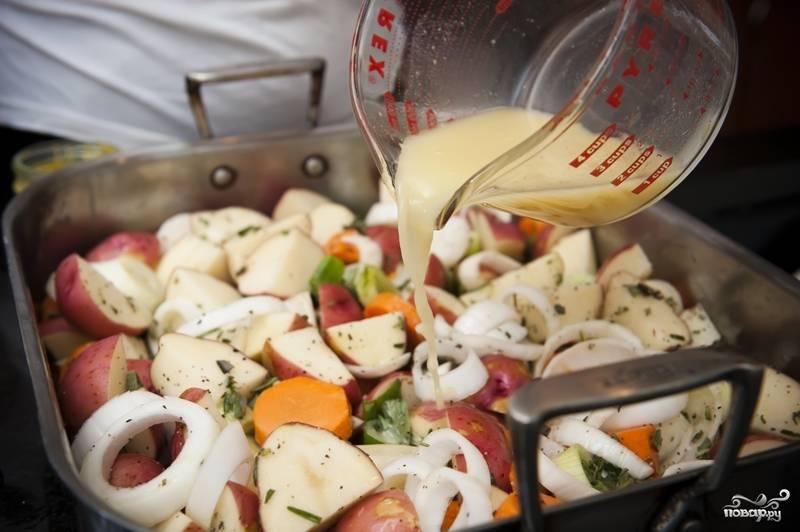 6. Выложите овощи в форму для запекания. Залейте куриным бульоном.
