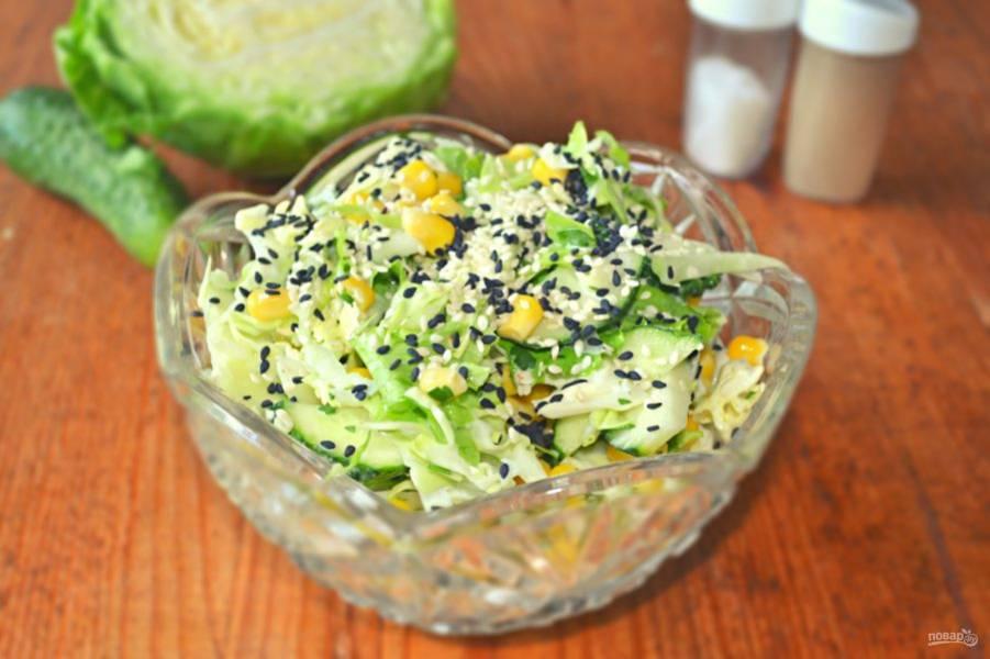 Перед подачей салатик можно дополнить кунжутом. Приятного аппетита!