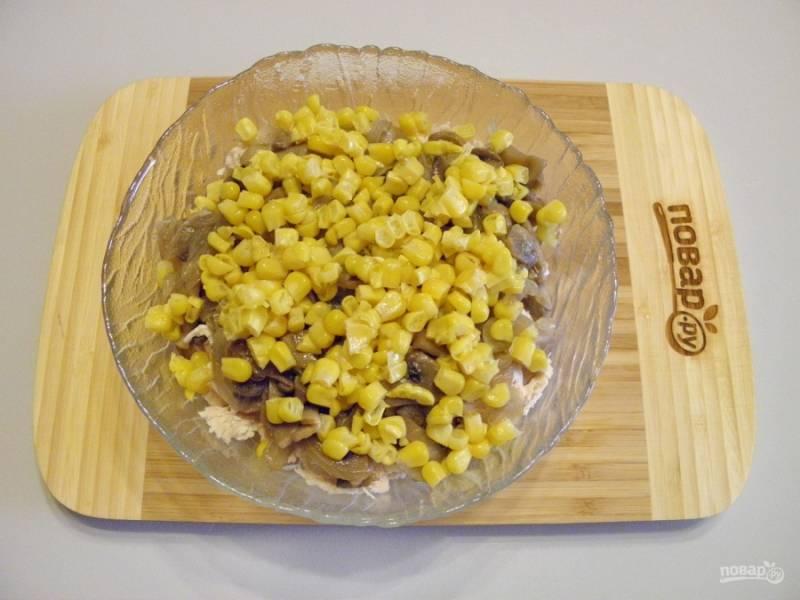 Добавьте отцеженную от жидкости кукурузу.