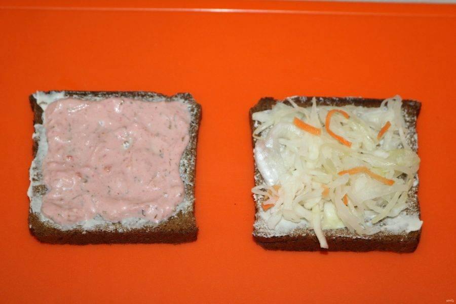 Одну половинку смажьте соусом. На вторую положите квашеную капусту.