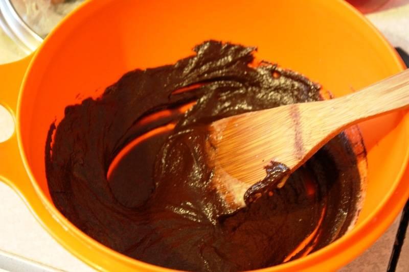 В получившийся крем добавьте растопленный шоколад, перемешайте и остудите до комнатной температуры.