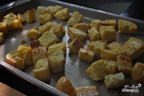 2. Перемешать, пока весь хлеб не будет равномерно покрыт маслом. Положить на противень, посыпать морской солью и запечь, пока хлеб хорошо не  подрумянится. Это займет примерно 10-15 минут. Перемешивайте крутоны несколько раз во время запекания.