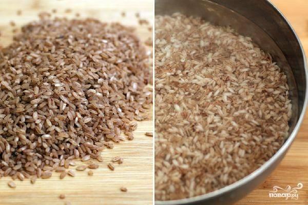 Рис хорошенько промываем под холодной водой, а затем оставляем в воде размокать на 30-40 минут.
