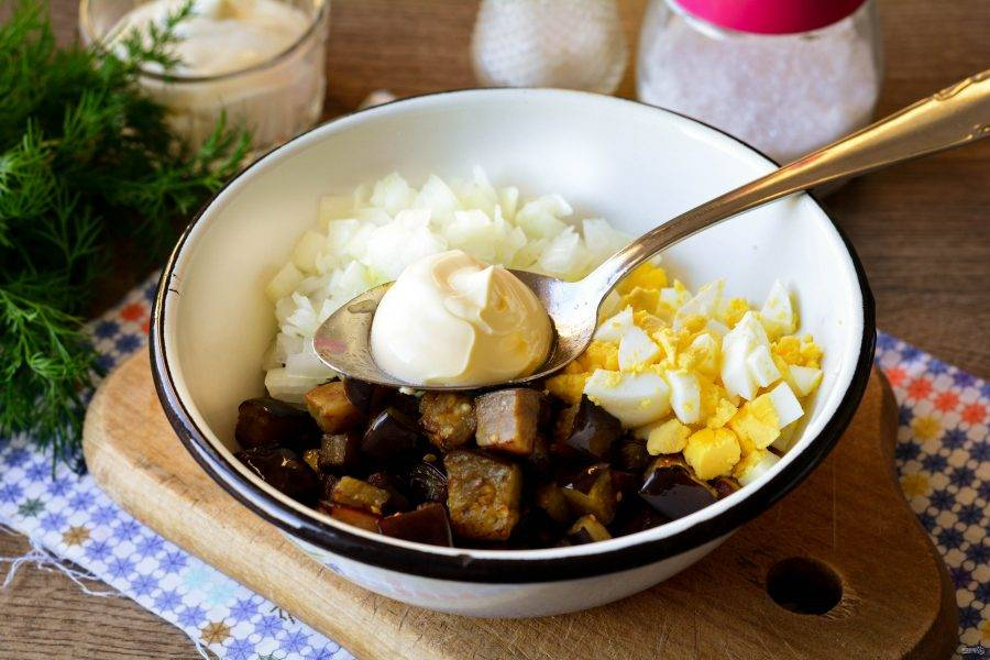 Салат заправьте майонезом и добавьте специи по вкусу - соль, перец. Перемешайте и блюдо готово.