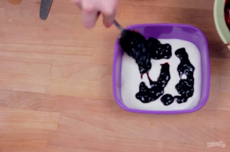 4. Накройте мороженое пленкой или крышкой и слегка охладите его в морозилке в течение 20 минут или холодильнике в течение 3 часов. Выложите половину мороженого в контейнер, затем добавьте сироп и выложите остатки мороженого.
