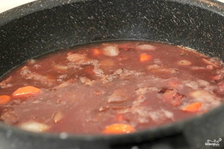 Затем вливаем говяжий бульон, уменьшаем огонь до минимума, накрываем крышкой и тушим 75-80 минут.